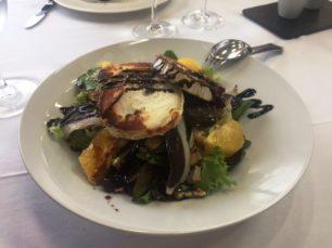 Ensalada con queso de cabra jamon de pato y naranja 1 306x229 - Restaurante Asador Pizarro