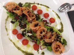 Ensalada de salmon ahumado con vinagreta de caviar