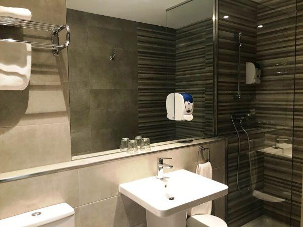 Baño 1 600x450 - Habitación doble con cama de matrimonio