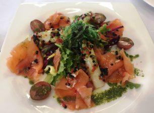 Ensalada de salmon con vinagreta de caviar