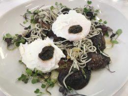 Setas shiitake confitadas con gulas y huevo trufado