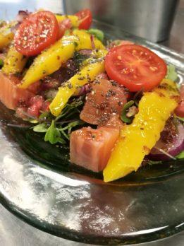 Tataki de salmon con mango y vinagreta de mostaza y miel